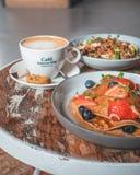 Το φωτεινό πιάτο με αμερικανικές τηγανίτες τις υγιείς θερινών προγευμάτων με τα μούρα και μια δύναμη κυλούν στοκ εικόνα με δικαίωμα ελεύθερης χρήσης