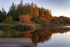 Το φύλλωμα φθινοπώρου πετά την αντανάκλαση στα ήρεμα νερά στοκ φωτογραφία με δικαίωμα ελεύθερης χρήσης