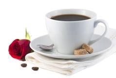 Το φλιτζάνι του καφέ και κόκκινος αυξήθηκε λουλούδι Στοκ εικόνα με δικαίωμα ελεύθερης χρήσης