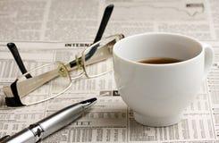 Καφές και μάνδρα γυαλιών στην εφημερίδα Στοκ Εικόνες