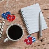 Το φλιτζάνι του καφέ, μπισκότα και ανοίγει ένα καθαρό σημειωματάριο Τοπ άποψη, ελεύθερου χώρου για το κείμενο Στοκ Φωτογραφίες