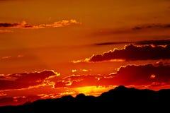Το φλογερό κόκκινο ηλιοβασίλεμα Στοκ φωτογραφίες με δικαίωμα ελεύθερης χρήσης