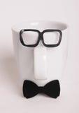 Το φλυτζάνι καφέ επανδρώνει μέσα την εικόνα Ύφος Hipster, δεσμός τόξων, γυαλιά Στοκ Φωτογραφία