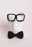 Το φλυτζάνι καφέ επανδρώνει μέσα την εικόνα Ύφος Hipster, δεσμός τόξων, γυαλιά Στοκ Φωτογραφίες