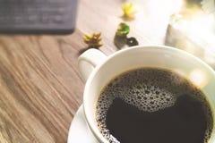 Το φλυτζάνι καφέ και ο ψηφιακός πίνακας ελλιμενίζουν το έξυπνο πληκτρολόγιο, χρυσό παράθυρο α δώρων Στοκ Εικόνες