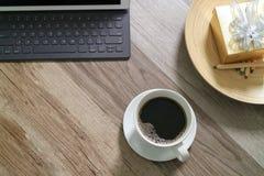 Το φλυτζάνι καφέ και ο ψηφιακός πίνακας ελλιμενίζουν το έξυπνο πληκτρολόγιο, χρυσό παράθυρο α δώρων Στοκ φωτογραφίες με δικαίωμα ελεύθερης χρήσης