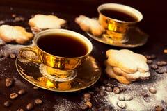 το φλυτζάνι καφέ κοιλαίνει το ονειροπόλο μέτωπο εστίασης έχει να φανεί φωτογραφία μαλακή στοκ εικόνα