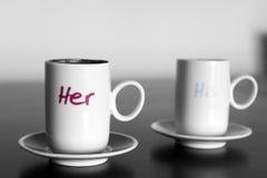το φλυτζάνι καφέ κοιλαίνει το ονειροπόλο μέτωπο εστίασης έχει να φανεί φωτογραφία μαλακή Στοκ Φωτογραφία