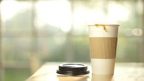 Το φλυτζάνι καφέ χύνει το σε αργή κίνηση σύνολο απόθεμα βίντεο