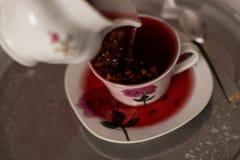 Το φλυτζάνι με το τσάι και teapot, κλείνει επάνω στοκ φωτογραφίες με δικαίωμα ελεύθερης χρήσης