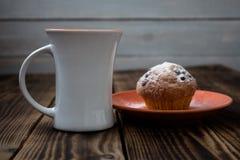 Το φλυτζάνι προγευμάτων πίνει muffins Στοκ Φωτογραφία