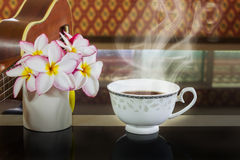 Το φλυτζάνι του ζεστού ποτού, φλυτζάνι τσαγιού στον τρύγο πολυτέλειας αλλά χαλαρώνει, καφές γ Στοκ Φωτογραφίες