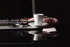 Το φλυτζάνι του καυτού καφέ espresso στον ξύλινο πίνακα, espresso παρασκευάζει από το ara Στοκ Εικόνα