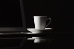 Το φλυτζάνι του καυτού καφέ espresso στον ξύλινο πίνακα, espresso παρασκευάζει από το ara Στοκ Φωτογραφίες