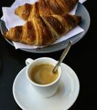 Το φλυτζάνι του μαύρου καφέ με το Παρίσι croissant Στοκ εικόνες με δικαίωμα ελεύθερης χρήσης
