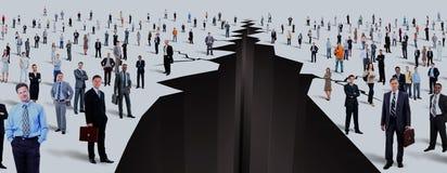 Το χάσμα μεταξύ δύο μεγάλων ομάδων ανθρώπων στοκ εικόνα