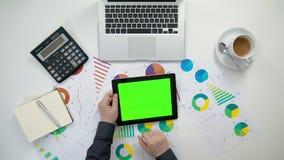 Το χέρια ατόμων ` s που κρατούν ένα ι-μαξιλάρι με μια πράσινη οθόνη Στοκ Φωτογραφία