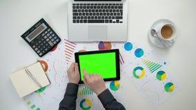 Το χέρια ατόμων ` s που κρατούν ένα ι-μαξιλάρι με μια πράσινη οθόνη Στοκ φωτογραφία με δικαίωμα ελεύθερης χρήσης