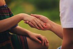 το χέρια ζευγών ` s στοκ φωτογραφίες με δικαίωμα ελεύθερης χρήσης