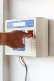 Το χέρι έβαλε το δακτυλικό αποτύπωμα ανίχνευσης και την κλειδαριά κωδικού πρόσβασης στοκ εικόνες με δικαίωμα ελεύθερης χρήσης