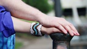 Το χέρι ανδρών καλύπτει το χέρι γυναικών φιλμ μικρού μήκους