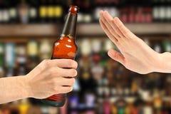 Το χέρι απορρίπτει ένα μπουκάλι της μπύρας στοκ εικόνα με δικαίωμα ελεύθερης χρήσης