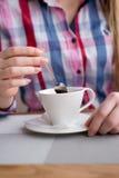 Το χέρι αποτρέπει το κουτάλι καφέ Στοκ Φωτογραφία