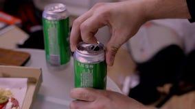 Το χέρι ατόμων που παίρνει την μπύρα μπορεί από τον πίνακα και τοποθέτηση του πίσω φιλμ μικρού μήκους
