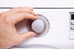 Το χέρι ατόμων ` s θέτει τις παραμέτρους του κουμπιού ελέγχου 2 Στοκ Φωτογραφίες