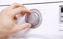 Το χέρι ατόμων ` s θέτει τις παραμέτρους του κουμπιού ελέγχου 1 Στοκ εικόνα με δικαίωμα ελεύθερης χρήσης