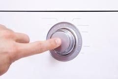 Το χέρι ατόμων ` s πιέζει ένα δάχτυλο στο κουμπί ελέγχου 1 Στοκ φωτογραφίες με δικαίωμα ελεύθερης χρήσης