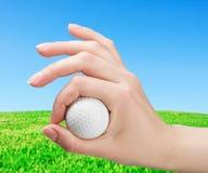 το χέρι γκολφ παιχνιδιών σφαιρών κρατά Στοκ φωτογραφία με δικαίωμα ελεύθερης χρήσης
