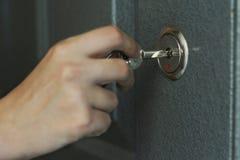 Το χέρι, γυναίκες είναι ξεκλειδωμένη πόρτα Στοκ φωτογραφία με δικαίωμα ελεύθερης χρήσης
