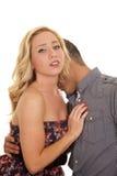 Το χέρι γυναικών επανδρώνει επάνω λαιμό φιλιών θωρακικών το στενό ανδρών Στοκ Εικόνες