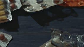 Το χέρι γυναικών παίρνει τα διαφορετικά χάπια στον πίνακα Φαρμακευτικός, ιατρικός, υπόβαθρο φαρμάκων απόθεμα βίντεο