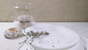 Το χέρι γυναικών παίρνει τα κέικ μελιού μελοψωμάτων φιλμ μικρού μήκους