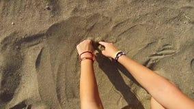 Το χέρι γυναικών σύρει μια καρδιά απόθεμα βίντεο