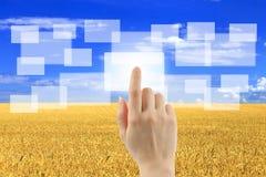 Το χέρι γυναικών χρησιμοποιεί τη διαπροσωπεία οθόνης αφής στοκ φωτογραφία με δικαίωμα ελεύθερης χρήσης