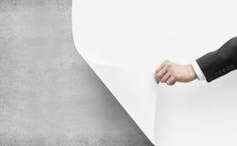 Το χέρι γυρίζει τη Λευκή Βίβλο Στοκ εικόνες με δικαίωμα ελεύθερης χρήσης