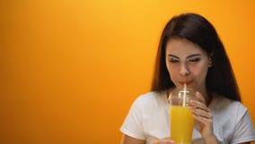 Το χέρι δίνει το χυμό από πορτοκάλι στο ευτυχές κορίτσι, υγιές ποτό, φυσική βιταμίνη για την ενέργεια απόθεμα βίντεο