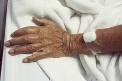 Το χέρι είναι σε μια σταλαγματιά που λαμβάνει μια αλατούχο λύση στοκ εικόνες με δικαίωμα ελεύθερης χρήσης