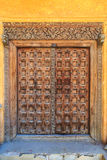Το χέρι επεξεργάστηκε την ξύλινη πόρτα σε Stonetown σε Zanzibar Στοκ φωτογραφία με δικαίωμα ελεύθερης χρήσης