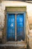 Το χέρι επεξεργάστηκε την ξύλινη πόρτα σε Zanzibar Στοκ φωτογραφία με δικαίωμα ελεύθερης χρήσης