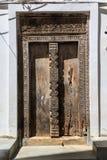 Το χέρι επεξεργάστηκε την ξύλινη πόρτα σε Zanzibar Στοκ εικόνα με δικαίωμα ελεύθερης χρήσης