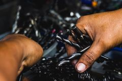 Το χέρι επιλέγει την ομάδα στενού επάνω όμορφου φωτός εργαλείων διατρήσεων Στοκ Εικόνα