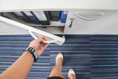 Το χέρι επιχειρηματιών ανοίγει το γραφείο γραφείων για τα έγγραφα και τους φακέλλους στοκ φωτογραφία