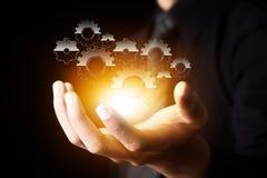 Το χέρι επιχειρηματιών παρουσιάζει εργαλείο στην επιτυχία ως έννοια στοκ φωτογραφία με δικαίωμα ελεύθερης χρήσης