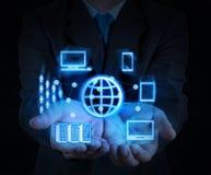 Το χέρι επιχειρηματιών παρουσιάζει νέα τεχνολογία Στοκ εικόνες με δικαίωμα ελεύθερης χρήσης