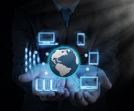 Το χέρι επιχειρηματιών παρουσιάζει νέα τεχνολογία Στοκ φωτογραφία με δικαίωμα ελεύθερης χρήσης