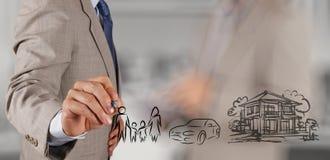 Το χέρι επιχειρηματιών παρουσιάζει οικογενειακό μέλλον προγραμματισμού Στοκ φωτογραφίες με δικαίωμα ελεύθερης χρήσης